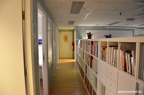 Behandlingsrom til venste, bibliotek til høyre